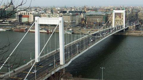 Dunába vetette magát az Erzsébet hídról, nem élte túl