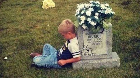 Egy világot ríkatott meg a fiú, aki első iskolás napjáról mesélt halott ikertestvérének