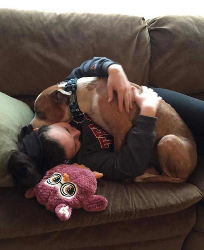 Állandóan ölelné új gazdáját a hálás kutyus
