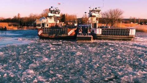 Naplementében fürdik a jégbe fagyott Balaton – drónvideó
