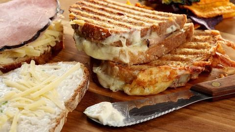 Mi az a Croque Monsieur, és mi kerül a tányérra, ha Holstein-módra készül?