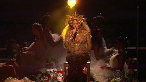 Aranybikiniben mutatta meg terhespocakját Beyoncé a Grammy-gálán