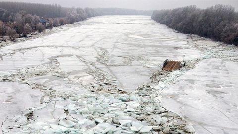 Drónvideó a Tiszán veszteglő, jégbe zárt kompról