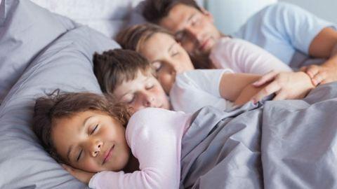 Elvették az anyától gyermekeit, mert egy ágyban aludt velük