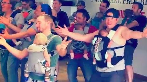 Az újszülött babáikkal táncoló apukák csoportja téged is levesz a lábadról – videó
