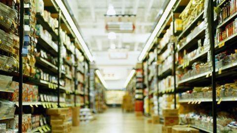 Gyengébb minőségű élelmiszerekkel látják el a multik a magyar boltokat