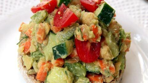 Könnyű ebéd: avokádós–csicseriborsós saláta
