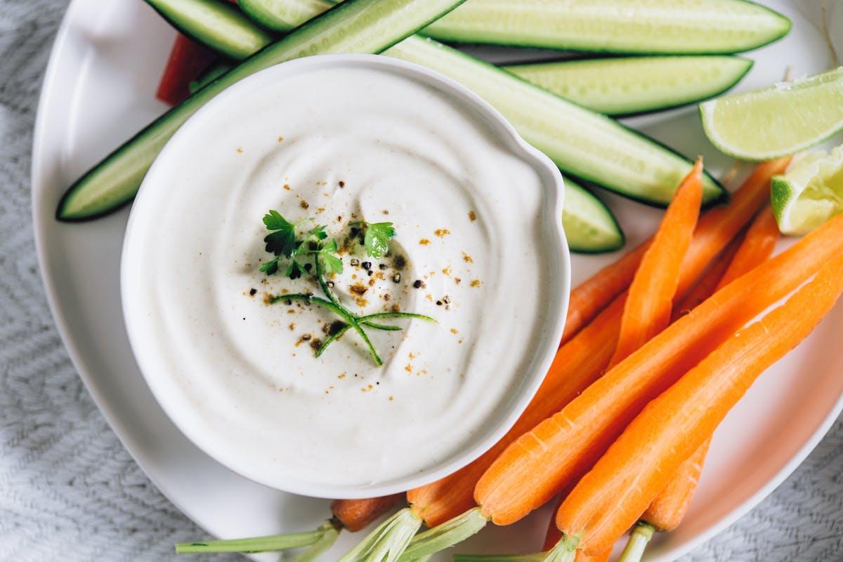 Szuperegyszerű joghurtos mártogatós, amivel feldobhatod a zöldségeket