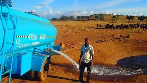 Mindennap órákat vezet a férfi, hogy ivóvizet vigyen a szomjas vadállatoknak