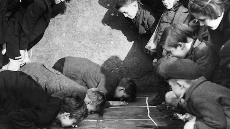 Így foglalták le magukat a gyerekek az okostelefon előtti időkben – régi fotók
