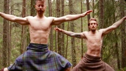 Nézz az erdő közepén, skót szoknyában jógázó szakállas férfiakat! – videó
