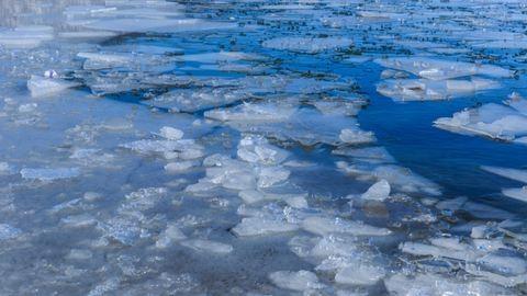 Karjukkal törték a rendőrök a jeget, hogy kimentsék a tóba esett kislányt