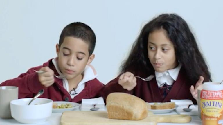 Nézd meg, hogy ízlenek az elmúlt 100 év egészséges ételei a mai gyerekeknek! – videó