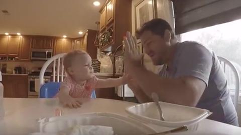 Cuki videó: jelbeszéddel énekel együtt apuka és kislánya