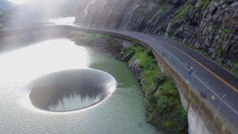 Hatalmas vízelvezető lyuk próbálja levezetni a kaliforniai árvizet