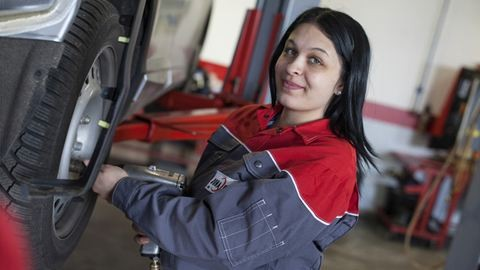 """""""Amikor először jöttem gyakorlatra, azt hitték, hogy takarítani fogok"""" – Bogdán Bernadett autószerelőnek tanul"""