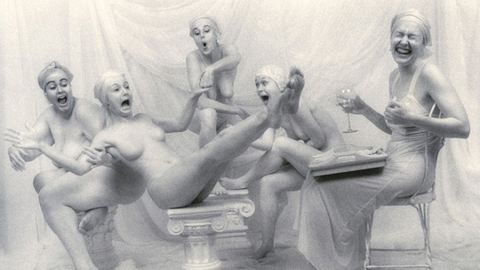 Zabálás, nőiesség, meztelenség: ilyen jóízű aktfotókat még nem láttál