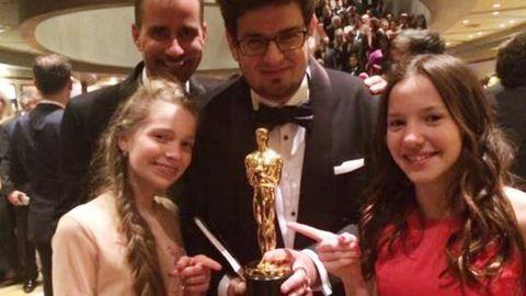 Pazar kép a magyar Oscar-díjjal: Deák Kristóf, Hais Dorottya és Gáspárfalvi Dorka a Mindenki arany szobrával
