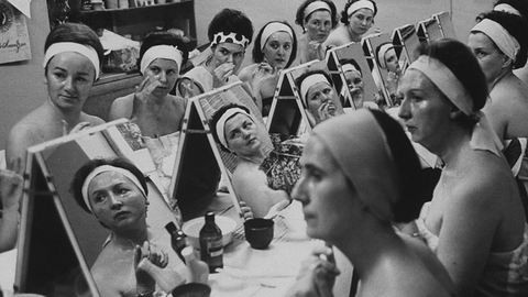 Ilyen szépségpraktikákkal kínozták magukat régen a nők