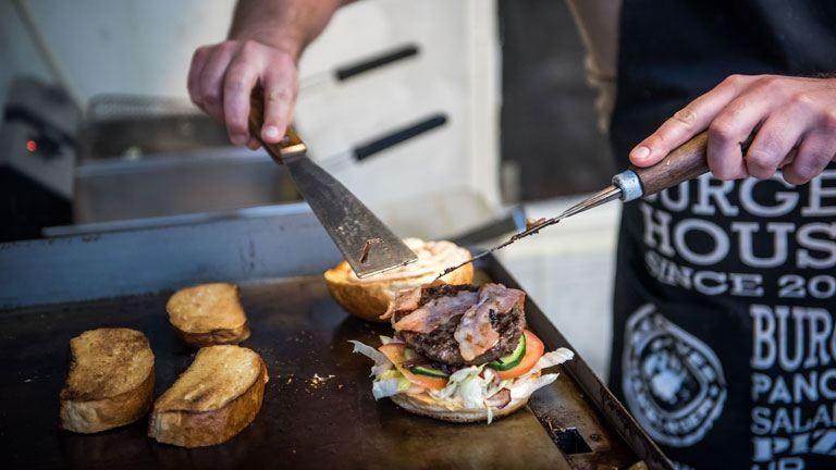 Hamburgersütőnek álltunk egy napra – így készül a kedvenc szendvicsünk