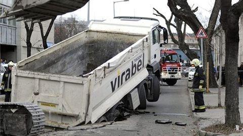 Teherautót nyelt el a föld Budapesten – fotók