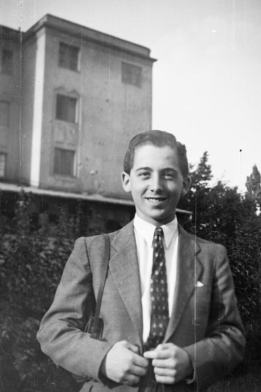 Bauer Sándor fotóriporter, a Vendéglátás c. lap munkatársa (1947)