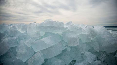 Jégcunamit fotóztak a Balatonnál