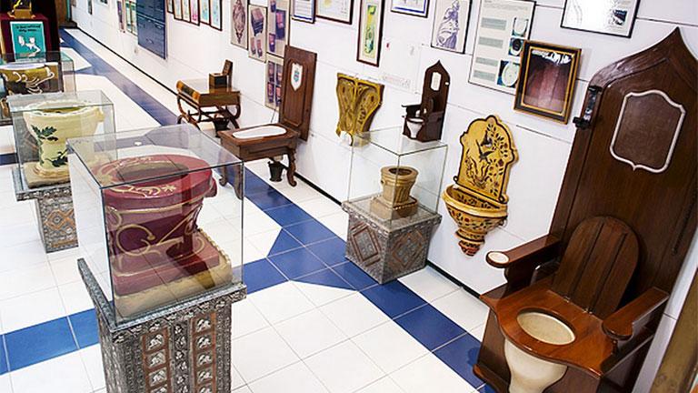 A legegyszerűbbtől a legdíszesebbig mindenféle vécé látható az indiai toalettmúzeumban (Fotó: Sulabh Toilet Museum)