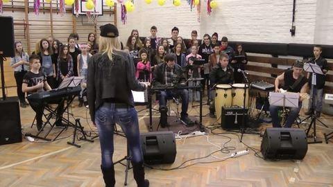 Bombasztikus a gyönki diákok és rocker tanárnőjük videója
