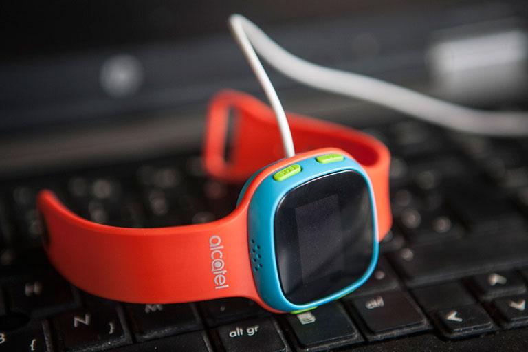 USB-kábel segítségével tölthető, akár 96 órán át rendelkezésre áll (Fotó: Leéb Ádám)