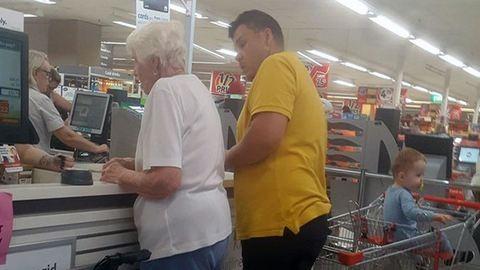 Kifizette a bevásárlást az idős asszonynak, akinek nem működött a kártyája