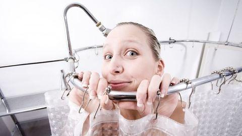 A zuhanyzás tíz fázisa egy újszülött mellett