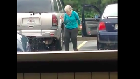 A parkolóban perdült táncra a nagyi – vicces videó