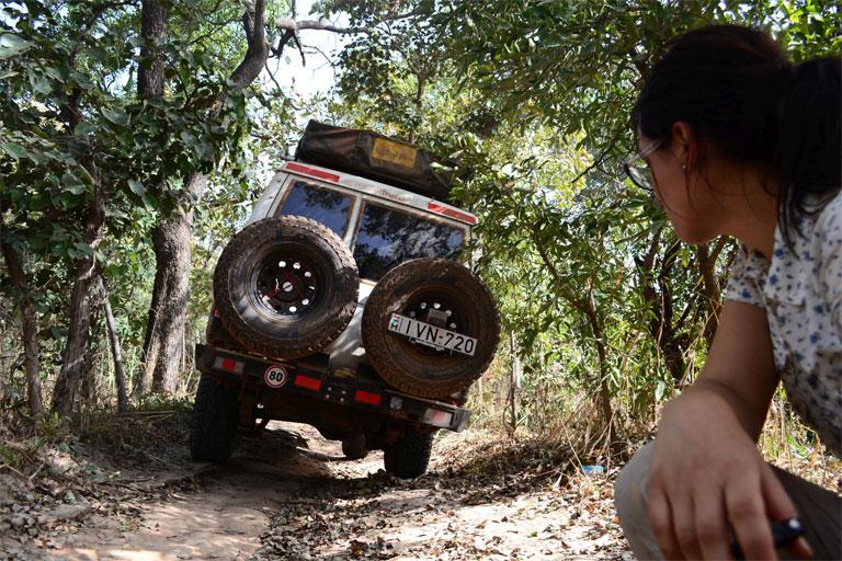 Az afrikai utak még a terepjárókat is alaposan próbára teszik (Fotó: http://zsuzsiestekergo.blog.hu/)