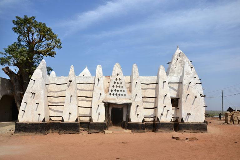 Ghána regrégebbi épülete, az 1421-ben épült Larabanga mecset (Fotó: http://zsuzsiestekergo.blog.hu/)