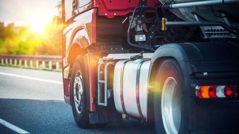 Felüljáróról zuhant le egy kamion