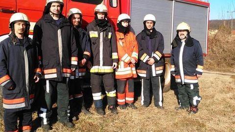 Önkéntes tűzoltók másztak fel a telefonpóznán rettegő cicához
