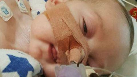 Bíróságra mennek a szülők, hogy életben tarthassák halálos beteg gyermeküket