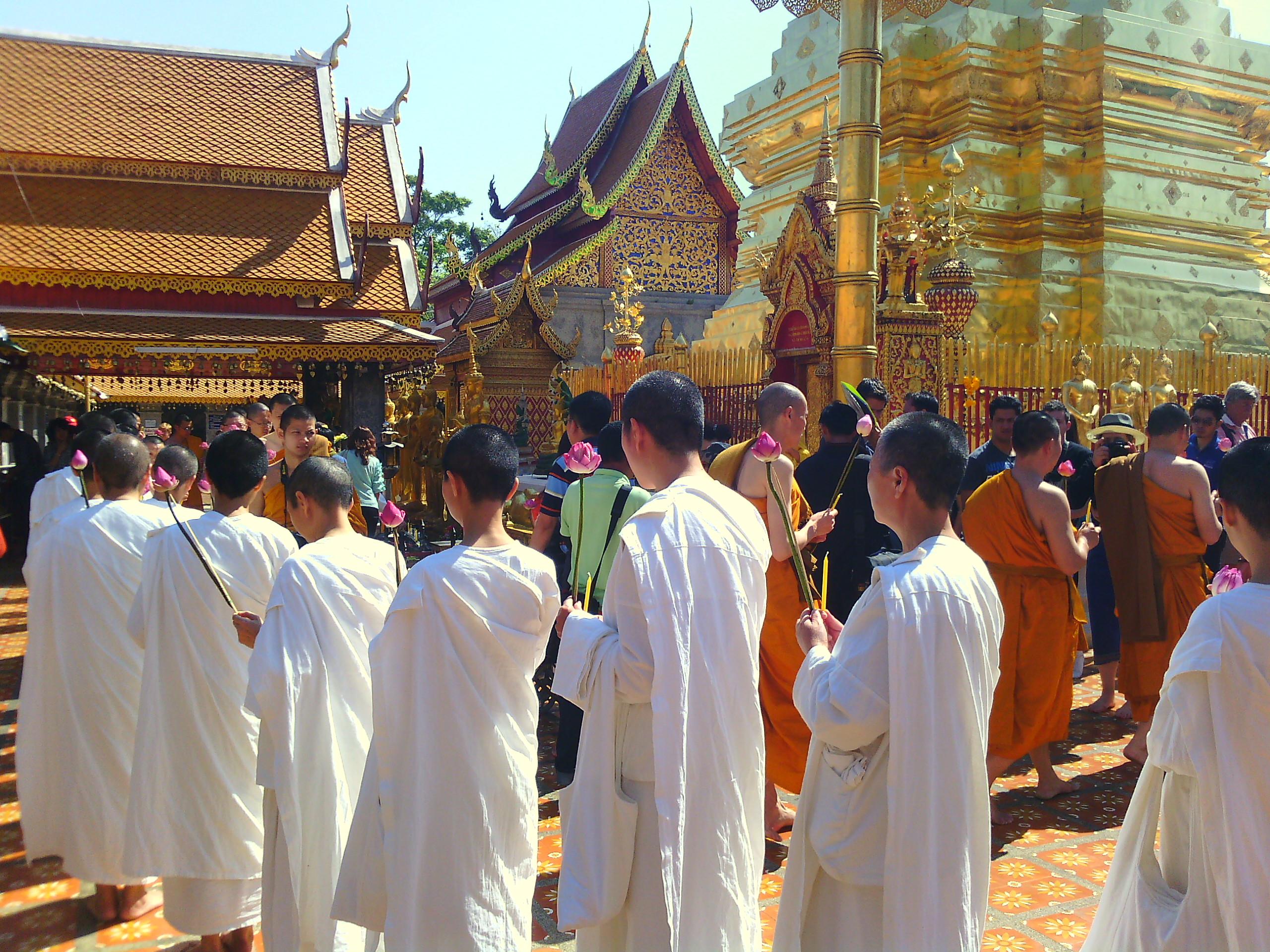 Letűnt ősi romok és ragyogó aranyozott kegyhelyek - Thaiföld 10 legszebb temploma