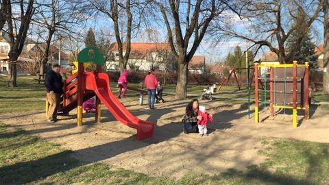 Rendőrök vitték haza a játszótérre szökött gyerekeket