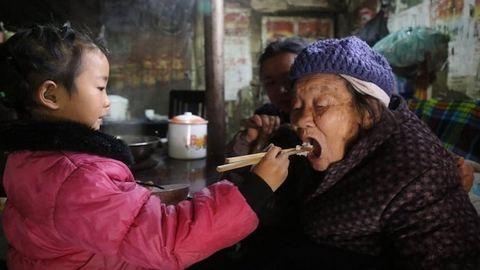 Megható: az 5 éves kislány gondozza 92 éves dédnagyiját