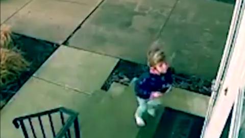 Az ajtóval együtt fújta el a szél a 4 éves kislányt – videó