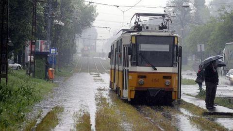 Tengerré változnak esőben a fonódó villamos megállói – fotók