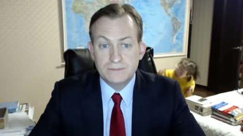 Élő adásban égették be gyerekei a BBC szakértőjét
