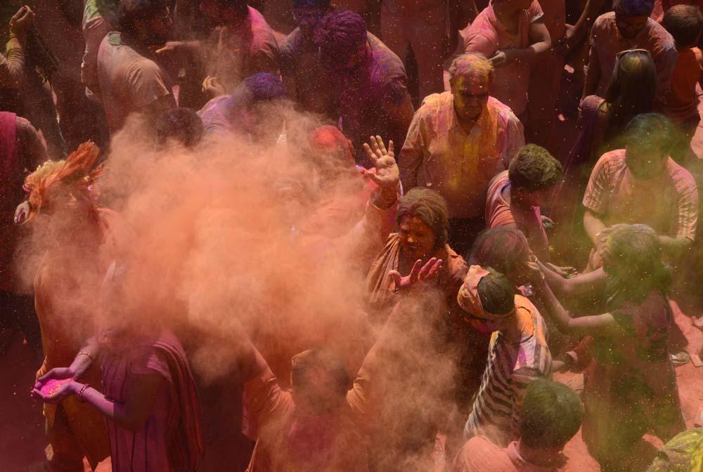 Épp most zajlik a világ legnagyobb color partyja - képek az idei Holi Fesztiválról