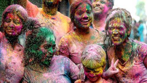 Épp most zajlik a világ legnagyobb colorpartyja – képek az idei Holi Fesztiválról