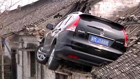 Háztetőn landolt az autó – videó