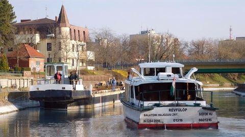 Balatonról Pestre költöztetnek egy hajót