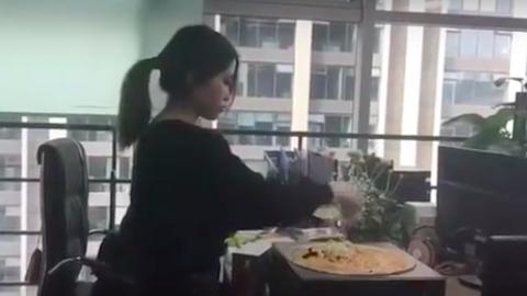Ilyet még nem láttál: irodai felszereléseket használ főzéshez egy kínai nő – videó