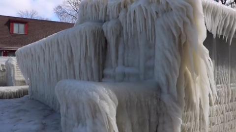 Mesebelivé fagyott a tóparti ház – bámulatos videó